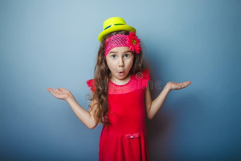 Un bambino dai capelli di aspetto europeo della ragazza di sette immagine stock