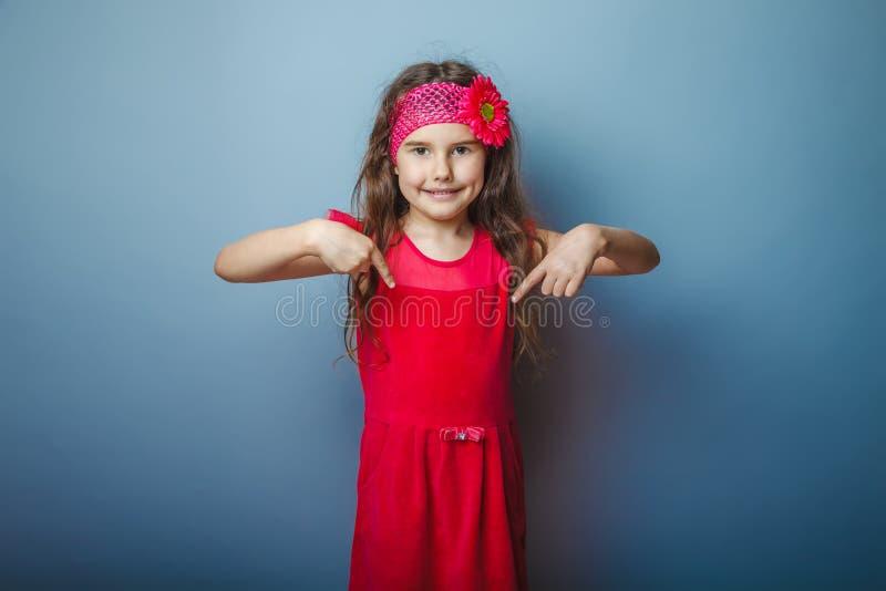 Un bambino dai capelli di aspetto europeo della ragazza di sette dentro immagini stock libere da diritti