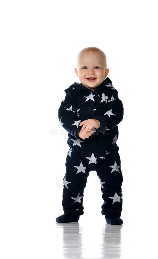 Un bambino di 1 anno sveglio sta in una regolazione bianca dello studio fotografia stock