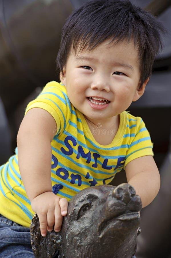 Un bambino felice sta giocando fotografie stock libere da diritti