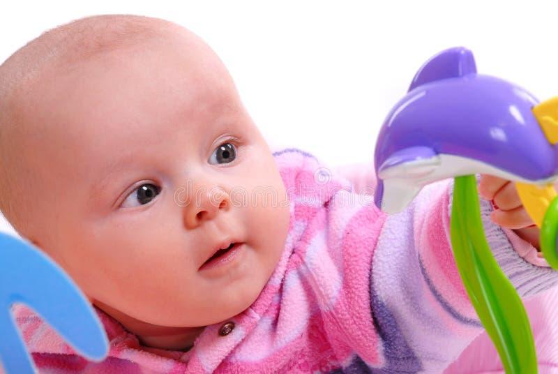 Un bambino gioca con i giocattoli immagini stock libere da diritti