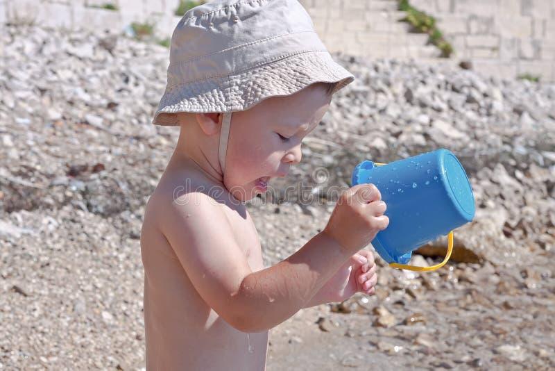Un bambino sulla spiaggia fotografie stock libere da diritti