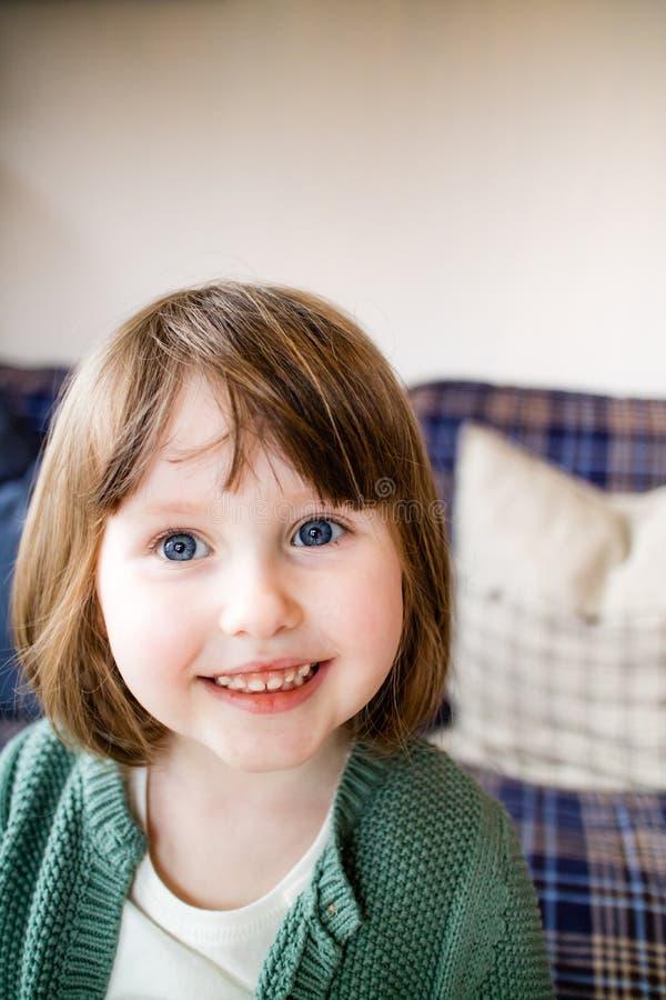 Un bambino sveglio che sorride dolce nella macchina fotografica fotografie stock