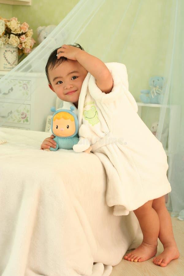Un bambino sveglio della porcellana immagini stock