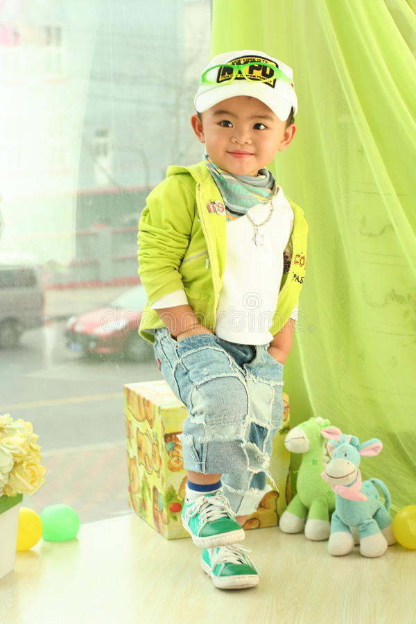 Un bambino sveglio della porcellana fotografia stock libera da diritti