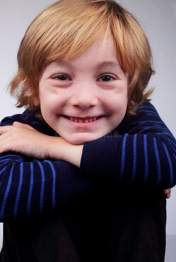 Un bambino sveglio felice di 6 anni fotografia stock