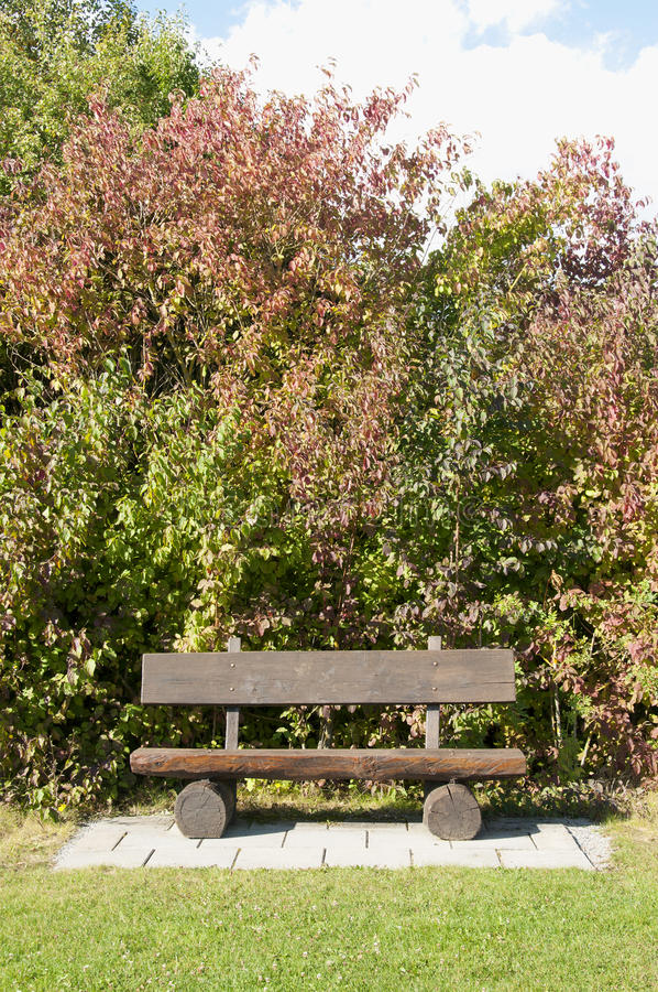 Un banc en bois à un terrain de golf en automne, Allemagne photo libre de droits