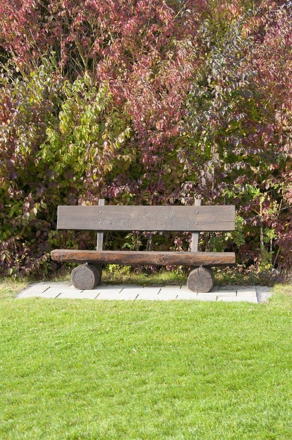 Un banc en bois à un terrain de golf en automne, Allemagne photos stock