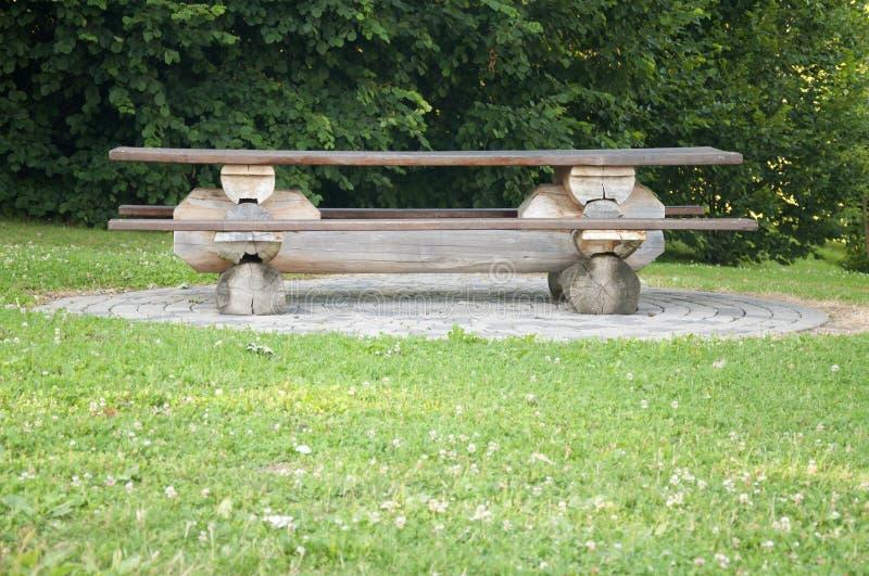 Un banc en bois dans la campagne image libre de droits