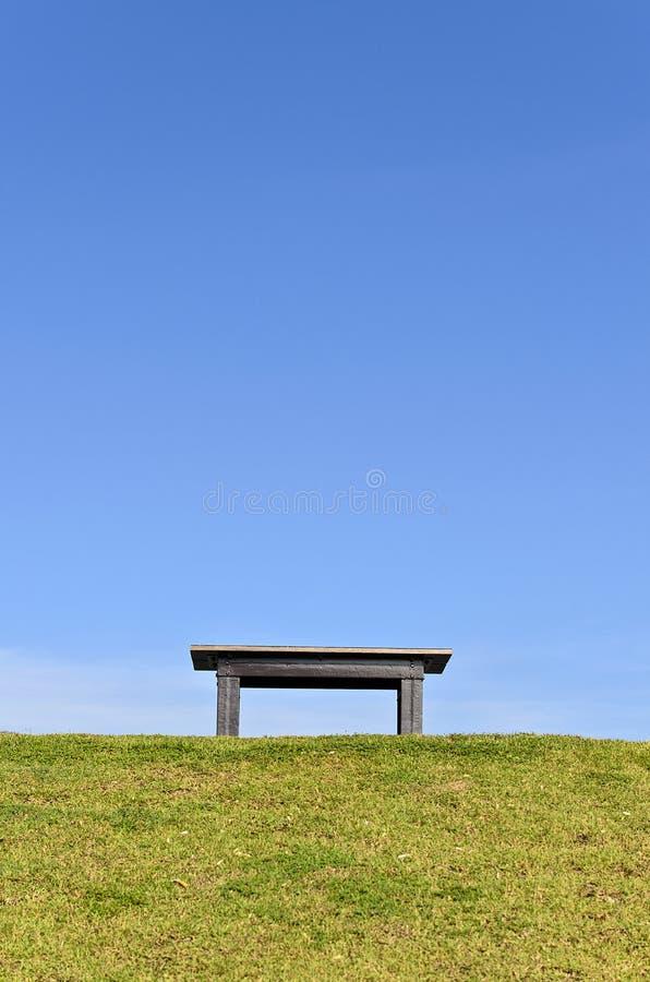 Un banc en bois sur le vert photographie stock