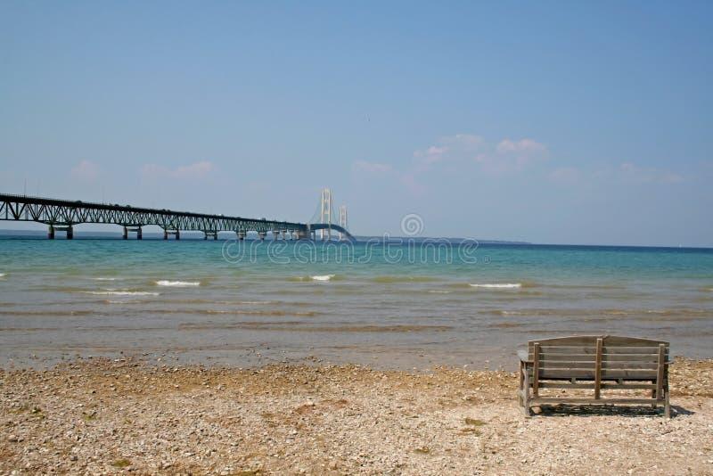 Un banco en el lago Michigan imagen de archivo