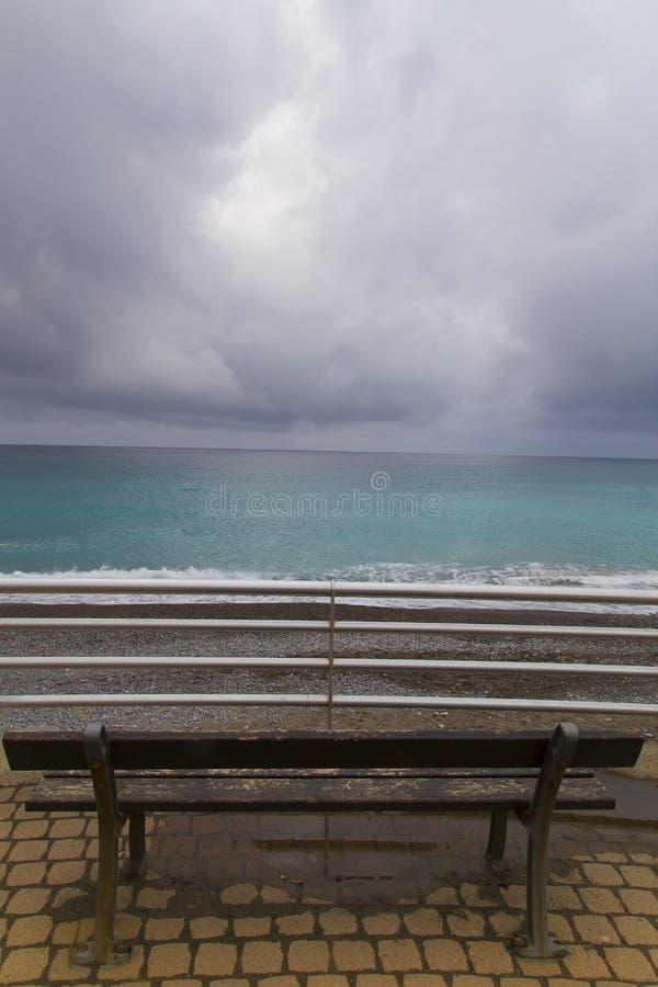 Download Un banco sotto le nuvole fotografia stock. Immagine di presidenza - 30825544