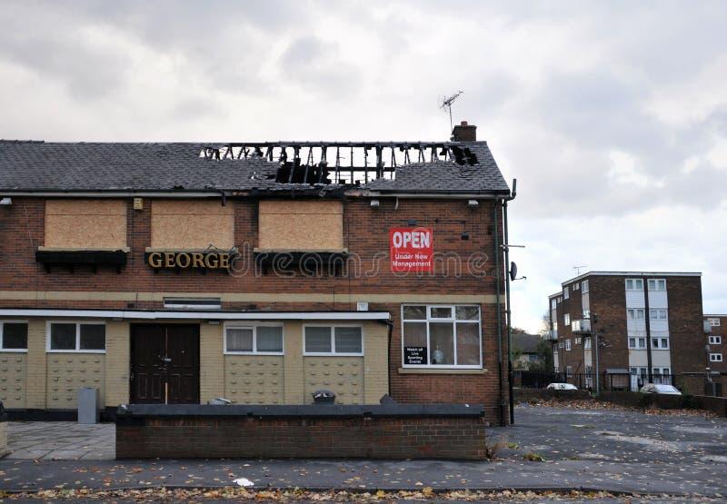 Un bar cerrado se coloca abandonado y subido en una urbanización en el hunslet Leeds después de ser atacado por los vándalos fotos de archivo libres de regalías