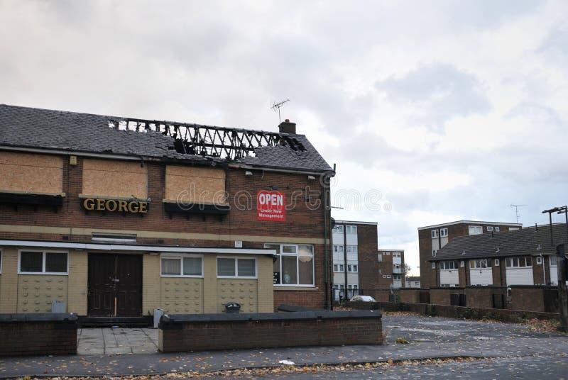 Un bar cerrado se coloca abandonado y subido en una urbanización en el hunslet Leeds después de ser atacado por los vándalos fotografía de archivo libre de regalías