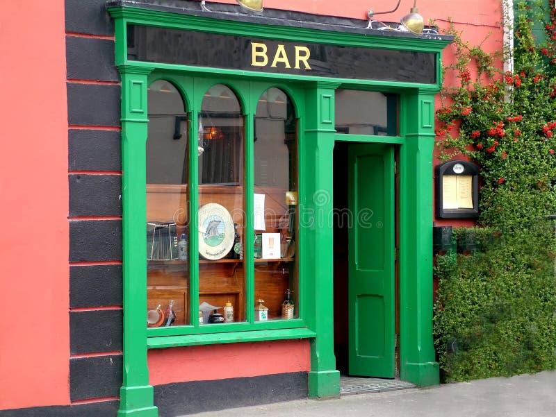 Un bar irlandais coloré avec une porte ouverte images libres de droits