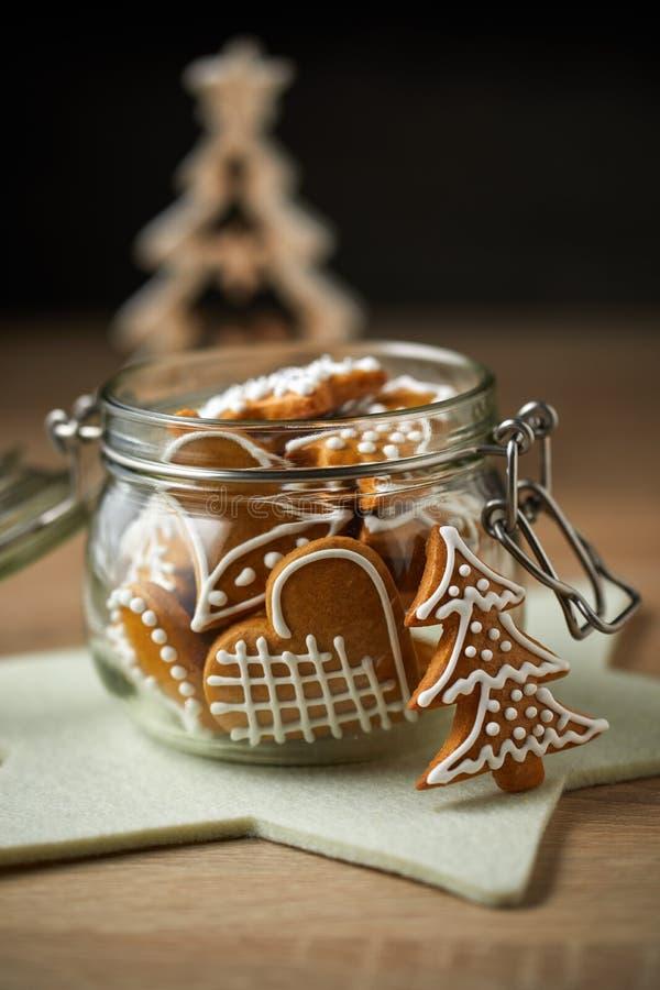 Un barattolo di vetro con il pan di zenzero casalingo di Natale fotografia stock libera da diritti