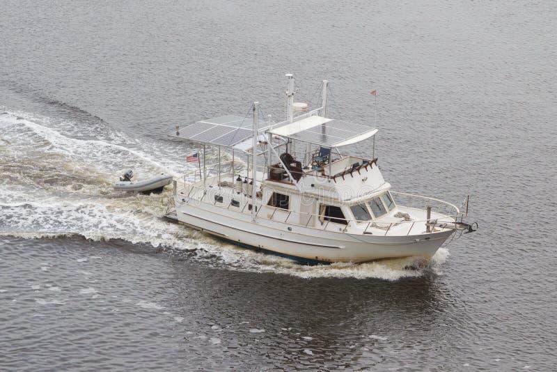 Un barco blanco más viejo foto de archivo