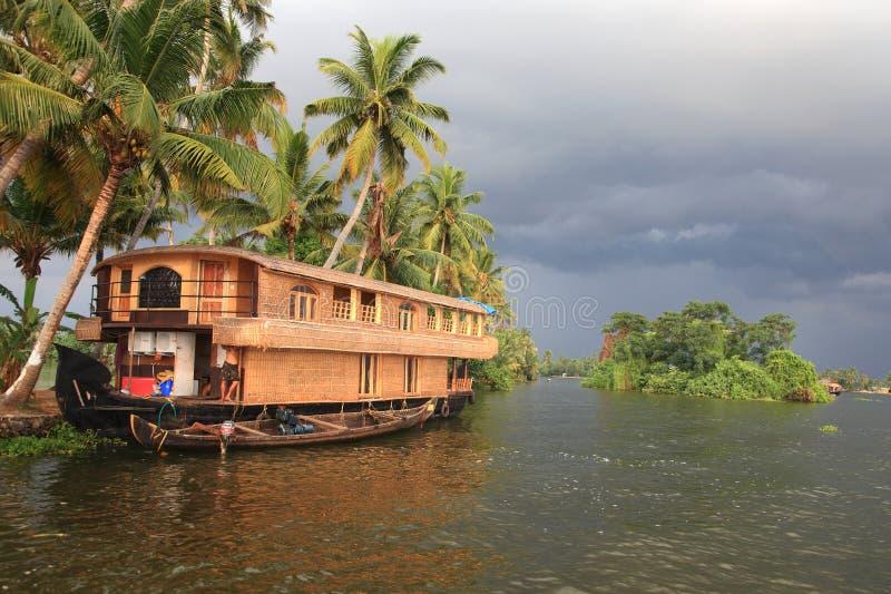 Un barco de casa transporta a turistas foto de archivo