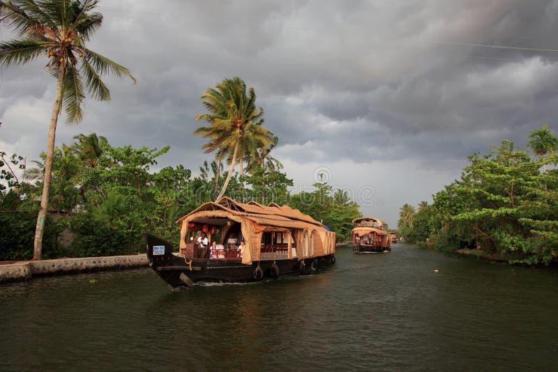 Un barco de casa transporta a turistas imagen de archivo