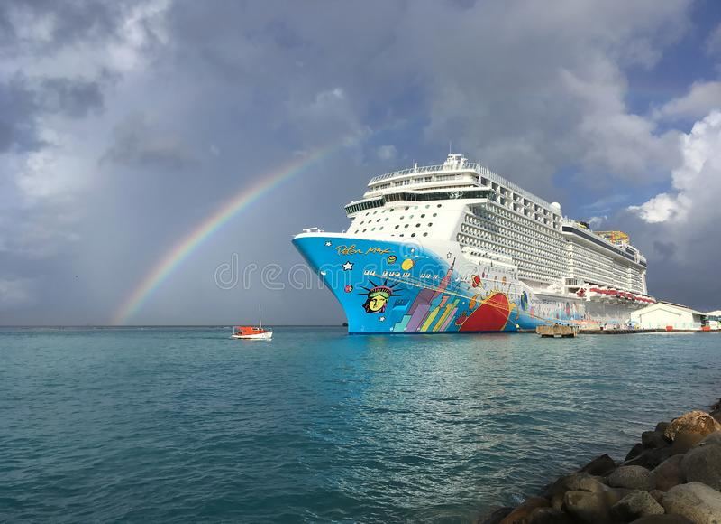 Un barco de cruceros colorido llamó a norwegian Breakaway, NCL, atracado en el puerto #3 de Oranjestad fotografía de archivo