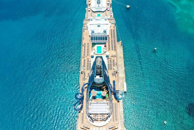 Un barco de cruceros hermoso en el océano imagenes de archivo
