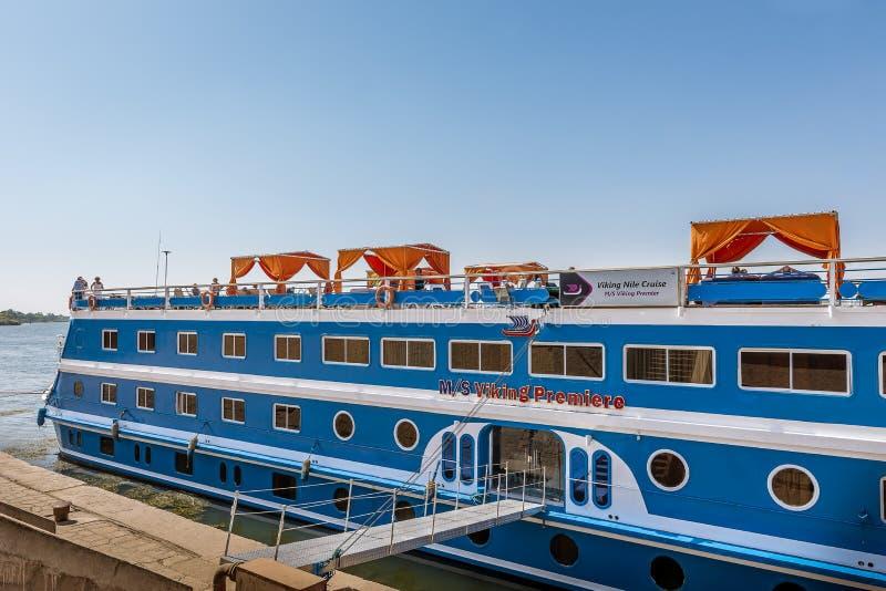 Un barco de cruceros miente por el muelle en el río el Nilo imagenes de archivo