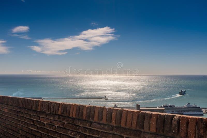Un barco de cruceros que sale del puerto de Barcelona en un día de primavera soleado foto de archivo libre de regalías