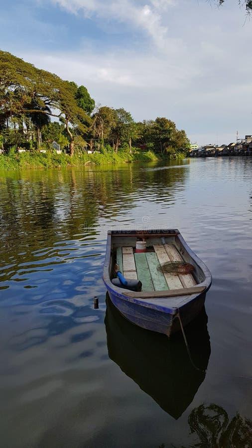 Un barco de fila en el río pacífico foto de archivo