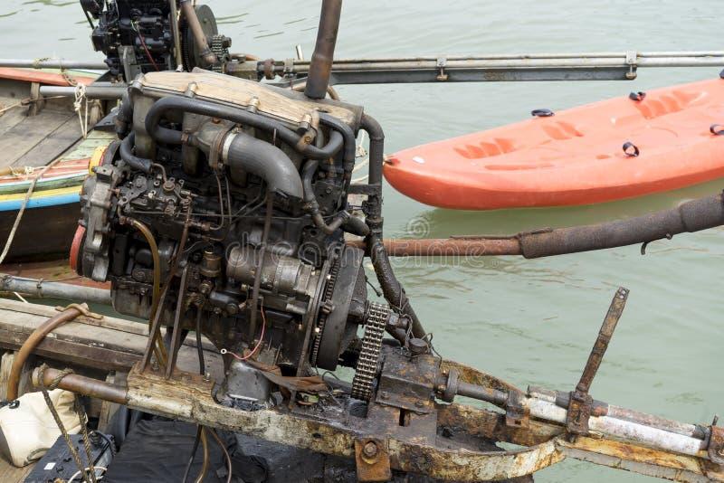 Un barco de la cola larga utiliza un motor automotriz con el propulsor recto largo del eje del motor fotografía de archivo