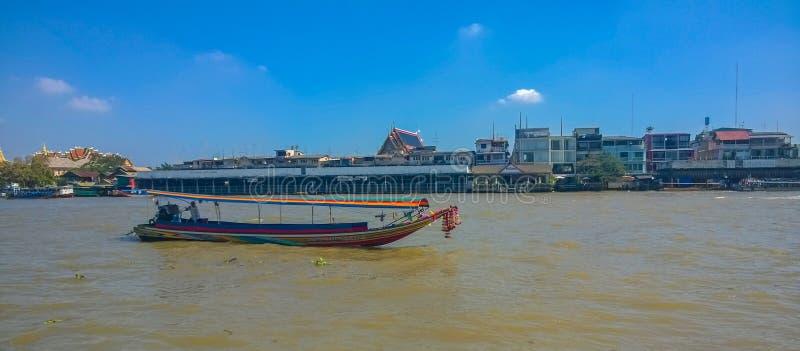 Un barco de la largo-cola en Chao Phraya River, Bangkok fotos de archivo libres de regalías
