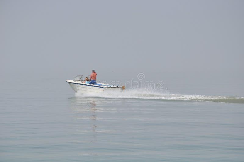 Un barco de la velocidad en el lago Ontario fotografía de archivo