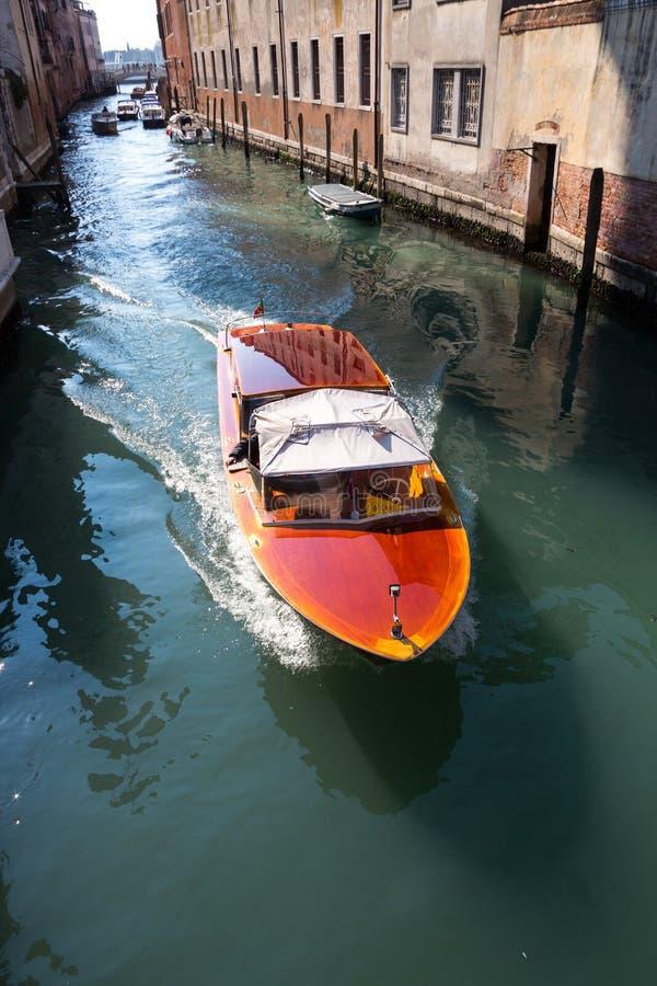 Un barco de la velocidad en Venecia foto de archivo libre de regalías