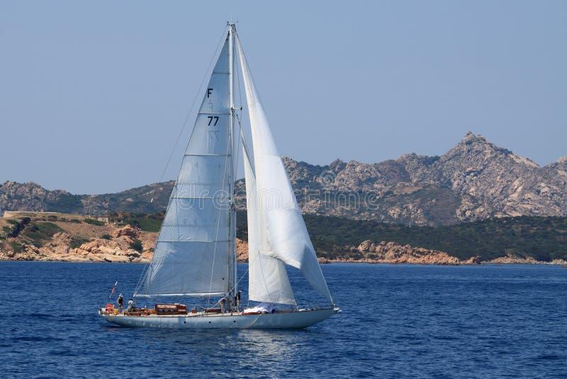 Un barco de navegación alrededor del archipiélago de Magdalena del La imágenes de archivo libres de regalías