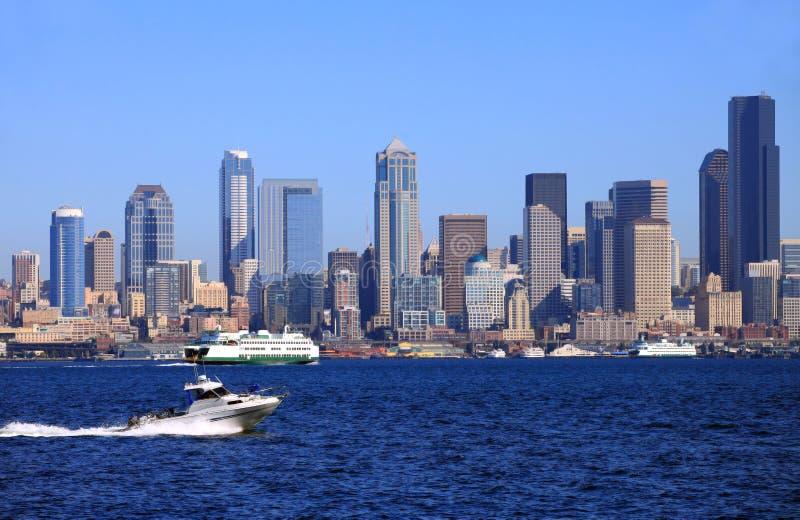 Un barco de paso de la potencia y el horizonte de Seattle. fotografía de archivo libre de regalías