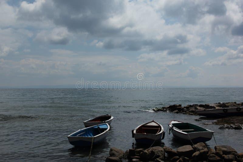 Un barco de pesca de madera en las orillas fotografía de archivo libre de regalías