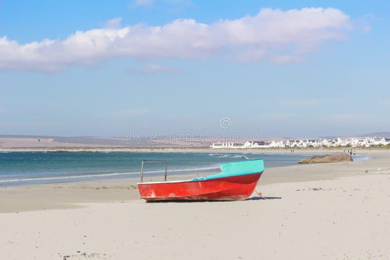 Un barco de pesca viejo en la arena blanca de la playa en el Padrenuestro en un día soleado brillante del verano - imagen imagenes de archivo