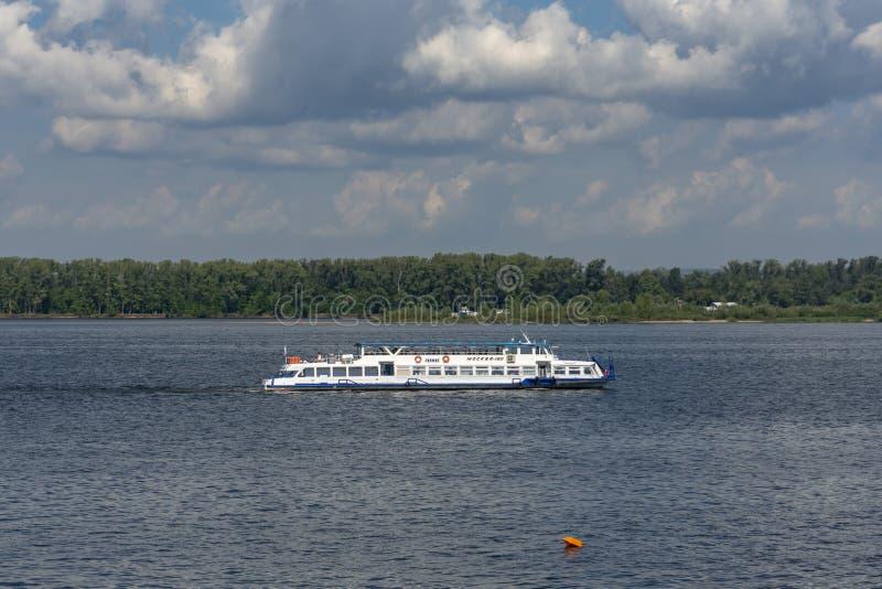 Un barco de placer en el Volga cerca de la ciudad industrial grande del Samara Día asoleado imágenes de archivo libres de regalías