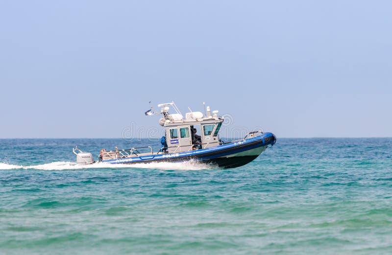 Un barco de policía participa en un desfile marítimo en el mar Mediterráneo de la costa de Haifa en honor del 70.o aniversario o fotos de archivo