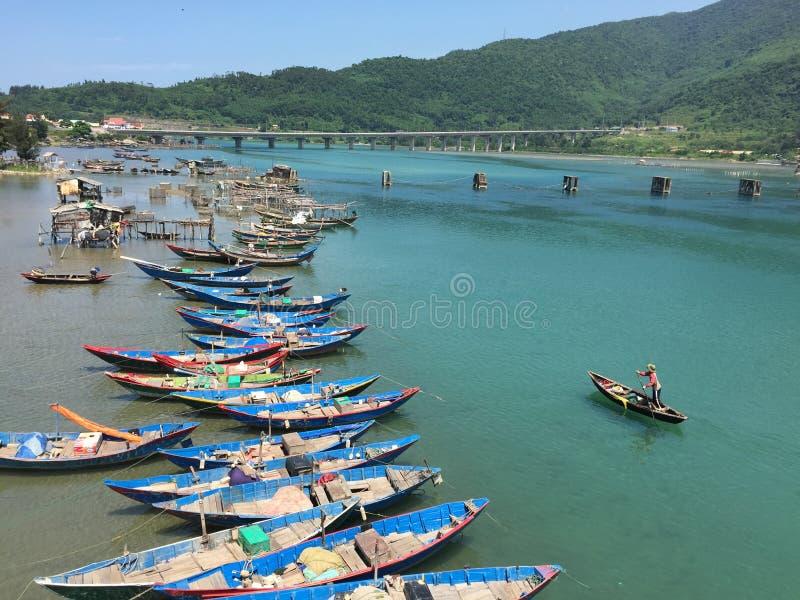 Un barco de rowing del hombre en la bahía de Lang Co en Vietnam fotografía de archivo