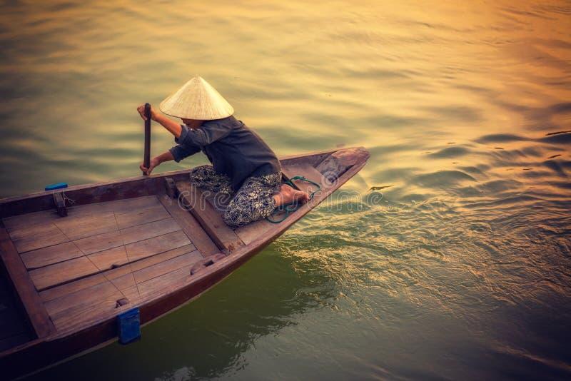 Un barco de rowing de la mujer en Cai Rang fotografía de archivo