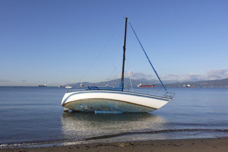 Un barco de vela abandonado fotos de archivo