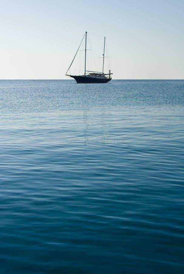 Un barco de vela solo fotografía de archivo