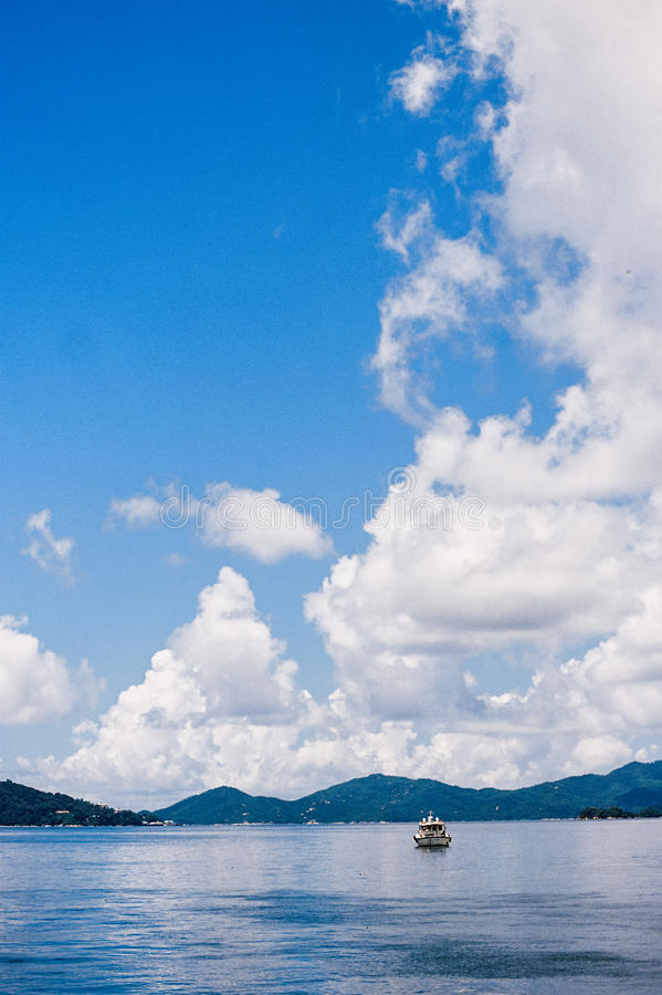 Un barco debajo del cielo imagen de archivo