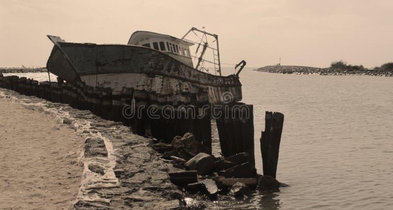 Un barco dilapidado del pescador en un pequeño puerto indio imagen de archivo