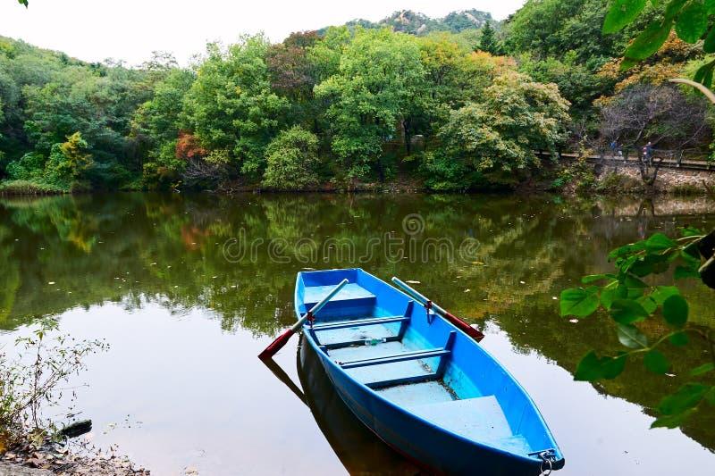 Un barco en el agua del lago imágenes de archivo libres de regalías