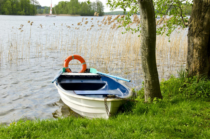 Un barco en el lago con la boya de vida imagen de archivo