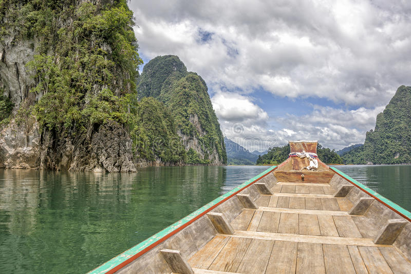 Un barco en el lago kao Sok fotos de archivo libres de regalías