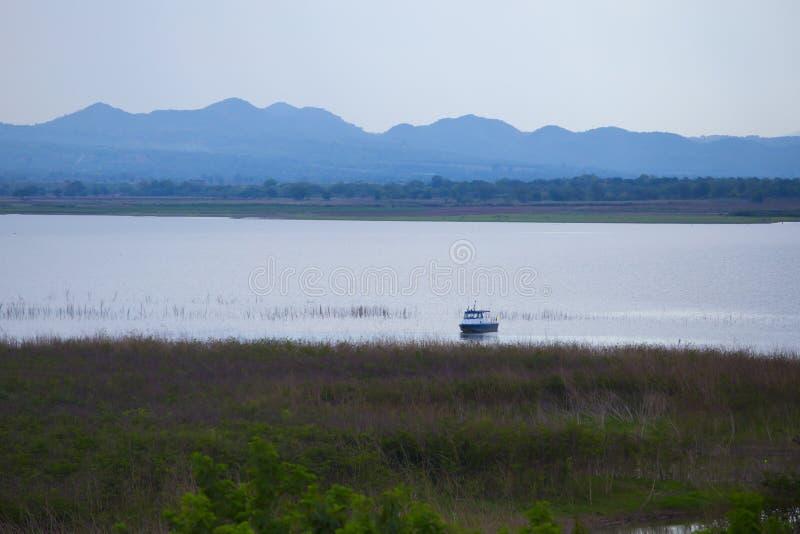Un barco en un lago extenso fotografía de archivo libre de regalías