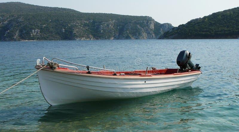 Un barco en una bahía fotos de archivo