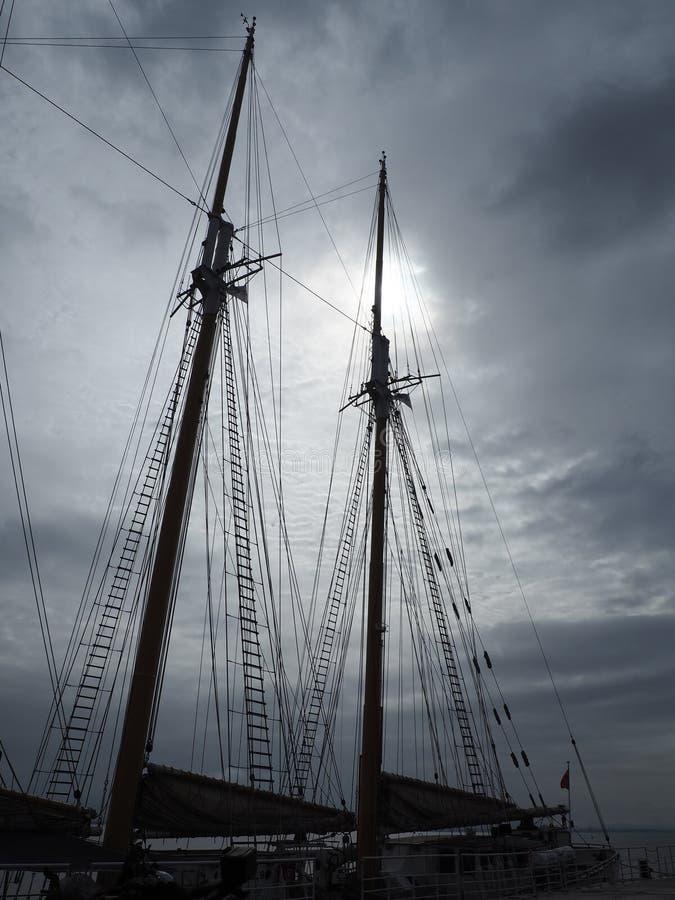 Un barco hermoso en un muelle de Lisboa foto de archivo